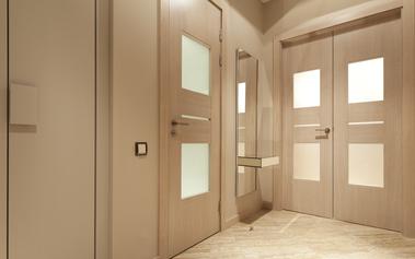 modern gezandstraalde eiken deur met melkglas