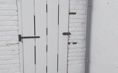 zelfgemaakte tuindeur barnyard-stijl + verfraaiïng afvoer